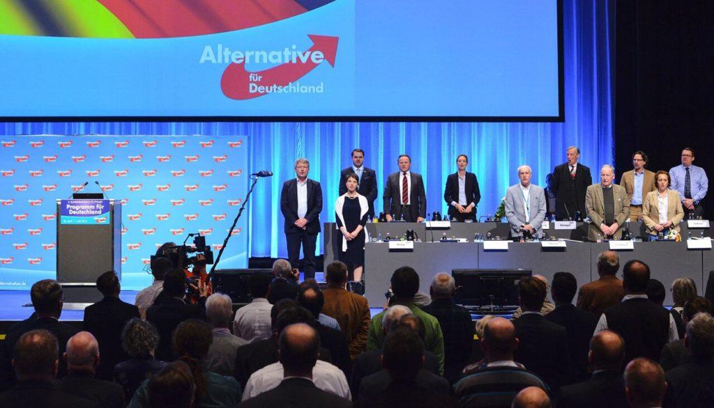 Члены «Альтернативы для Германии» исполняют национальный гимн страны на съезде в Штутгарте 1 мая 2016 года Philipp Guelland / AFP / Scanpix / LETA