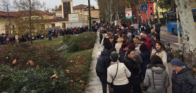 Очередь на избирательный участок на выборах президента Молдовы в итальянском городе Местре ФОТО UNIMEDIA