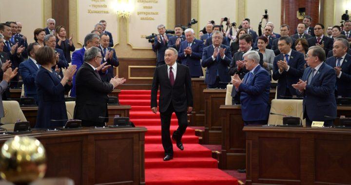 Конституция Казахстана не позволяет президенту уйти в отставку, а его преемнику — переименовать столицу. И то и другое произошло