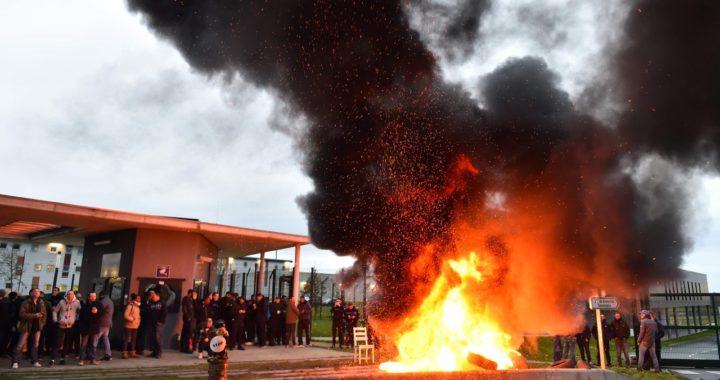 Французские тюремщики объявили забастовку после нападения заключенного на надзирателей. Преступник мстил за гибель террориста в Страсбурге