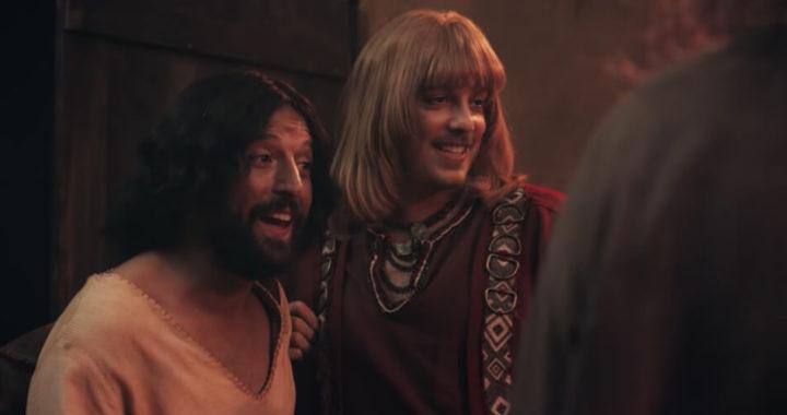 Netflix выпустил комедию, в которой Иисус знакомит семью с бойфрендом. Зрители требуют отменить шоу, авторы называют их реакцию гомофобной