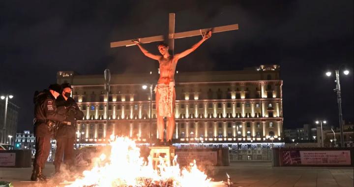 Меня сняли с креста и утащили в автозак На Лубянке «распяли» и подожгли активиста в образе Христа. Мы узнали, как готовили и проводили перформанс в поддержку политзэков.